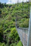 Die Hängebrück ist zwar modern, aber man läuft auf einem Gitter mit freiem Blick nach unten.