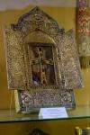 Hinter dem Kreuz befindet sich das versteinerte Stück Holz der Arche Noah