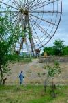 Spaziergängerin vor altem Riesenrad