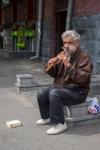 Musik auf einer landestypischen Flöte für ein paar Dram (so heißt hier die Währung)