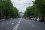 Die Mutter Yerevans im Hintergrund einer der vielen sehr breiten Straßen.