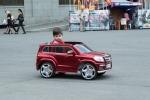junger Armenier in standesgemäßem Auto