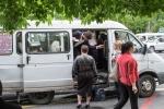 Viele dicht gedrängte Armenier in ortüblichem Fahrzeug des ÖPNV