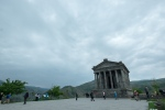 Heidnischer Tempel in perspektivischer Verzeichnung  mit Touristen