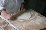 Vor dem Mittagessen,noch eine Demonstration im Backen des landestypischen Brotes (Lavasch)... 1. Teig ausrollen...