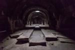 Karawanserei von innen. In der Mitte die Tiere, außen die Tröge und dahinter (im Dunkel der Arkaden) die Menschen.