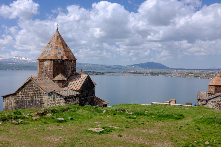 Schön auf einer Halbinsel im Sevansee gelegen, aber schwer zu fotografieren