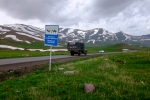 Auf dem Pass in fast 2400m Höhe. Diese ist übrigens die Hauptverbindungsstraße in den Iran.