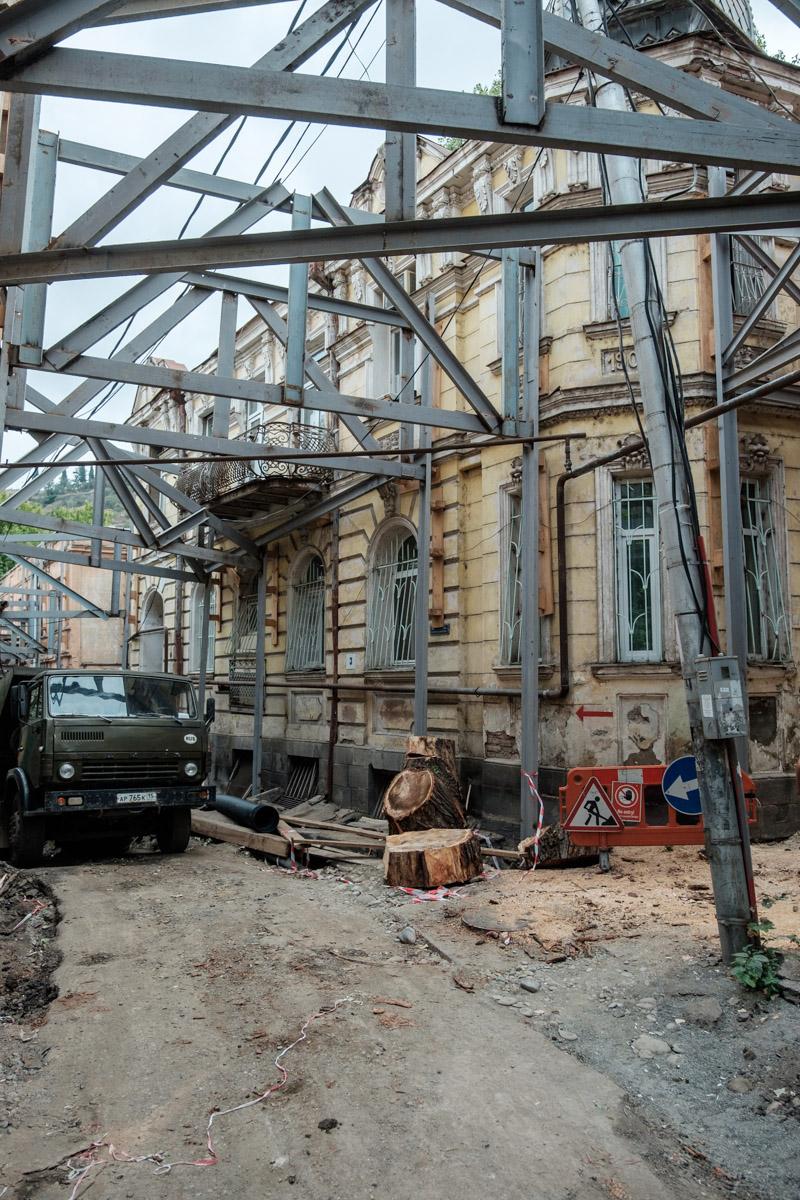 Mit großen Aufwand werden die alten Fassaden gestützt, um sie zu erhalten