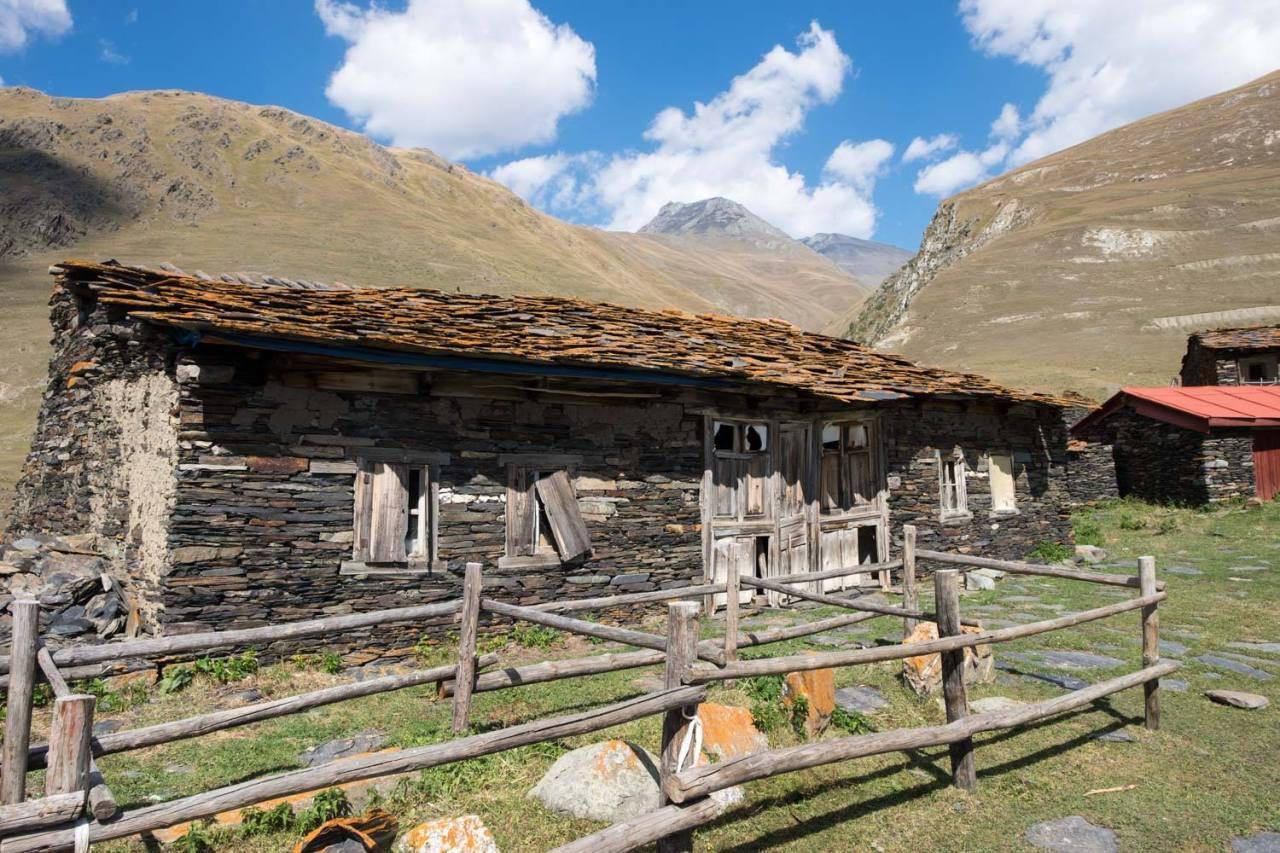 Das Dorf Parsma - die hohen Berge im Hintergrund sind Tschetschenien