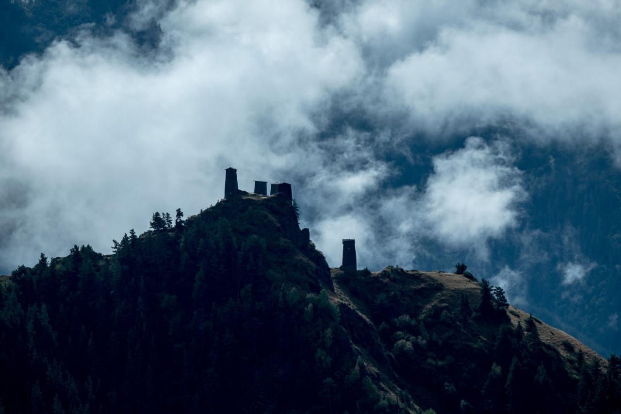 ...während der Blick in die andere Richtung die Türme von Omalo geheimsvoll erscheinen läßt.