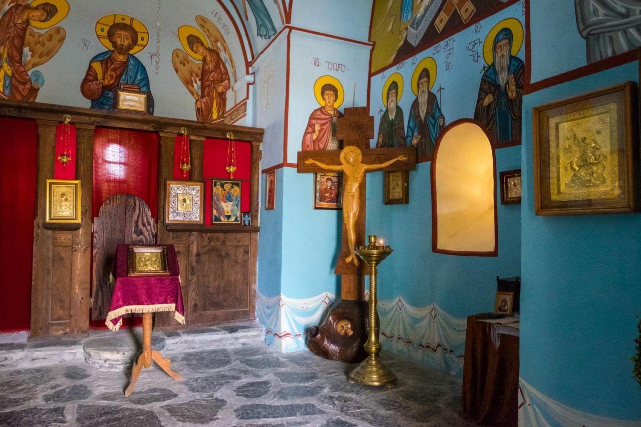 Die Kirche in Shenako... innen wunderschön bemalt