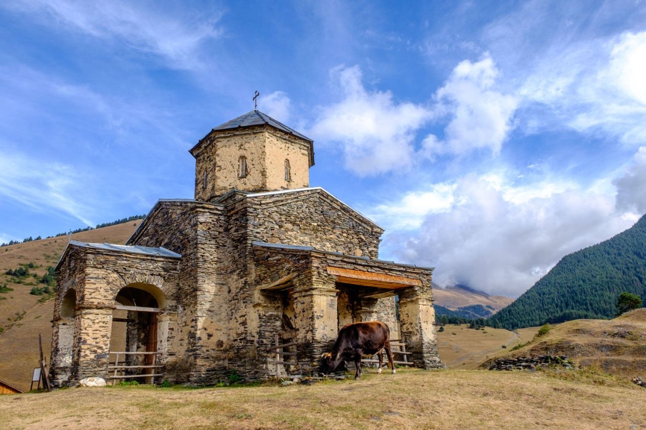 Die Kirche in Shenako... bewacht von einer Kuh