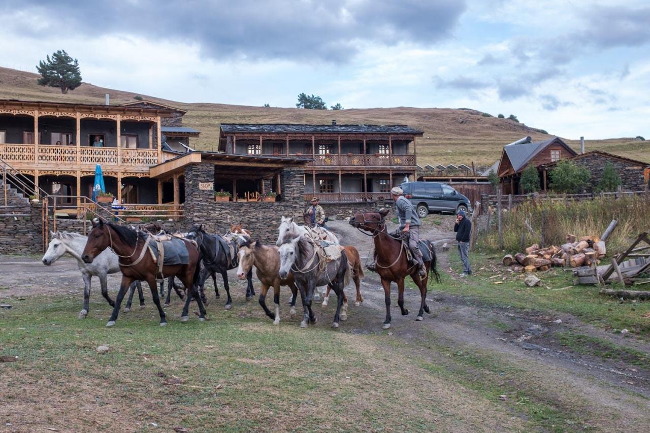 """Am Abend vor unser Unterkunft die örtlichen """"Cowboys"""""""