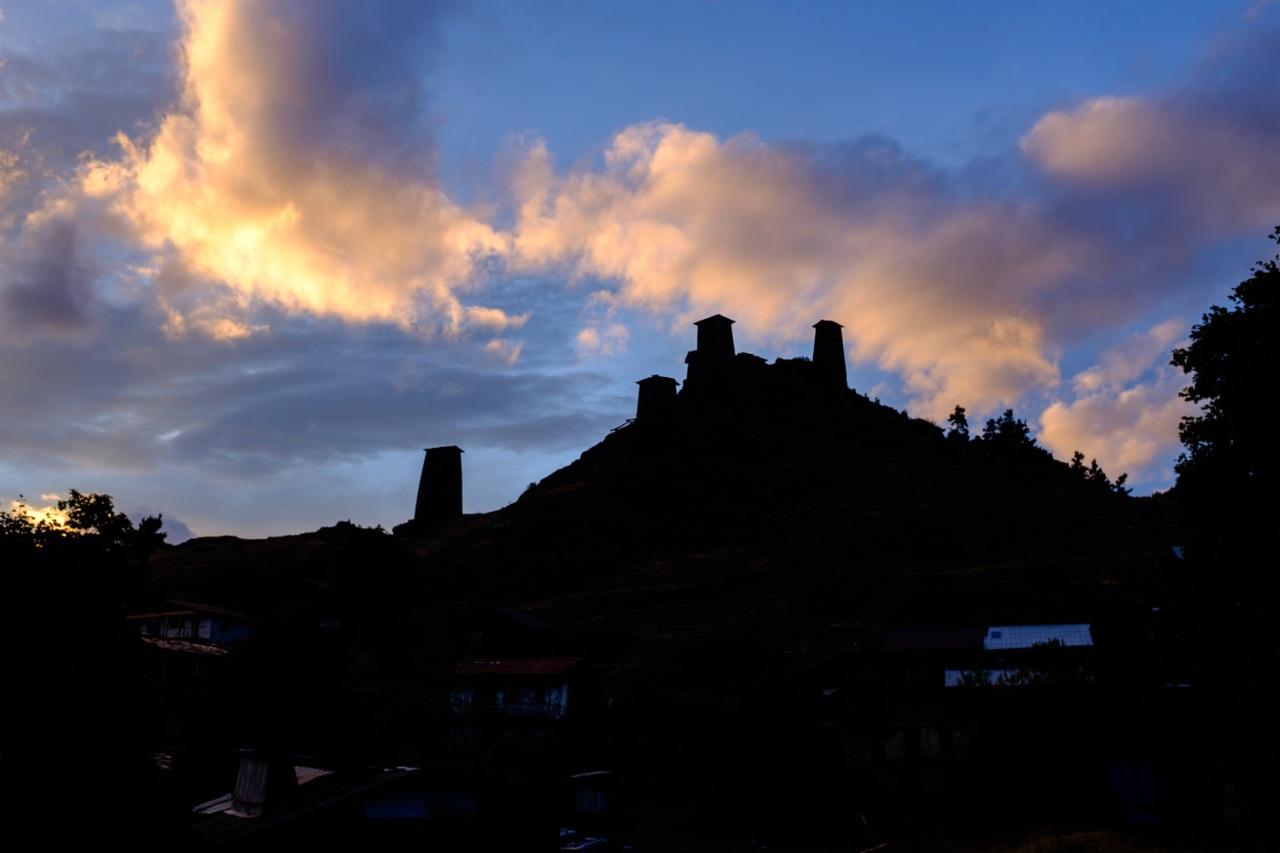 ... und dann ein toller Abendhimmel über den Wehrtürmen von Omalo.