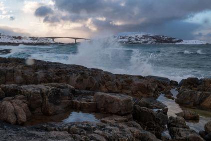 Schöne Brandung im Abendlicht an der Sommarøybrücke