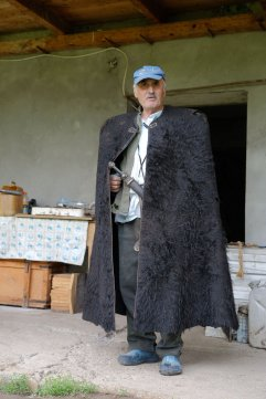 traditionelle Tracht mit nicht ganz traditioneller Mütze