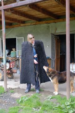Jennifer in Tracht mit skeptischem Haushund