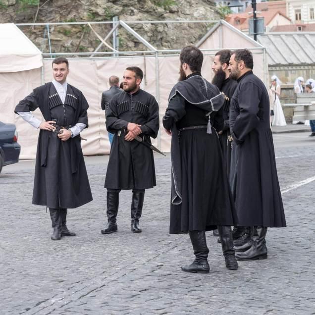 Die Männer eher in schwarz...