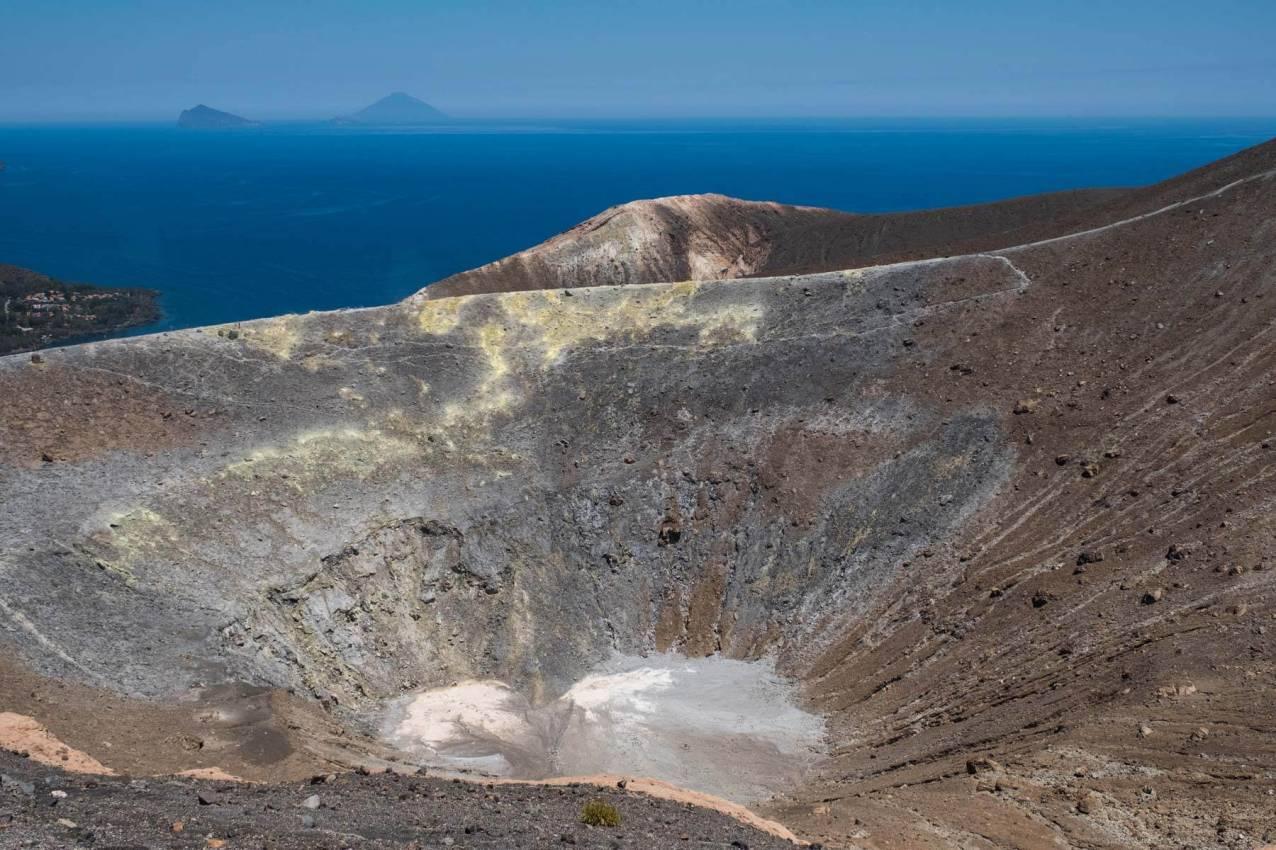 Der alte erloschene Krater und im Hintergrund der Stromboli - noch aktiv