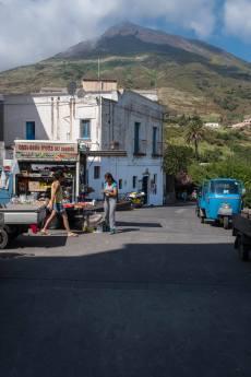 Magmatrek (Hintergrund) Versogungsfahrzeug (Vordergrund)