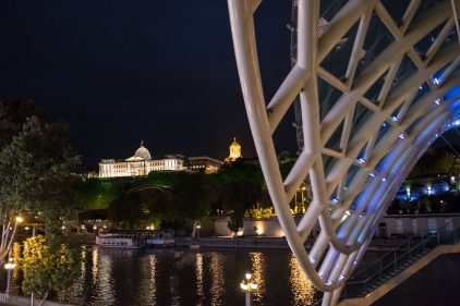 Freidensbrücke mit Präsidentenpalast und Samebakathedrale