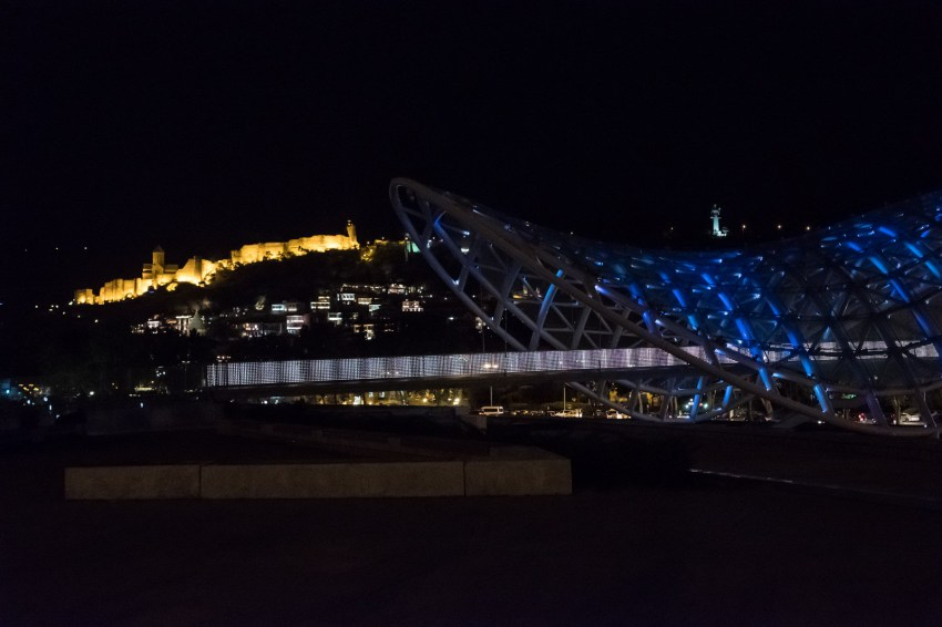 Freidensbrücke mit Nariqalafestung