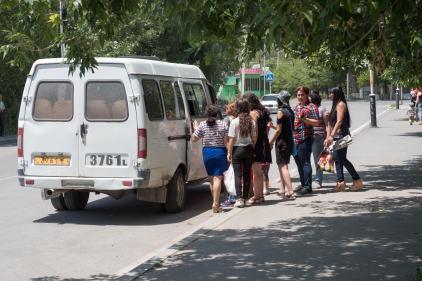 gut frequentierte Bushaltestelle