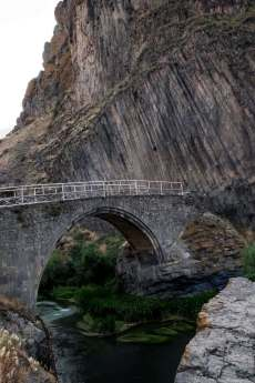 Basaltformation mit alter Brücke