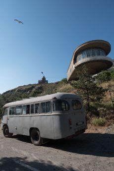 ...und von unten mit zeitgenössischem Bus