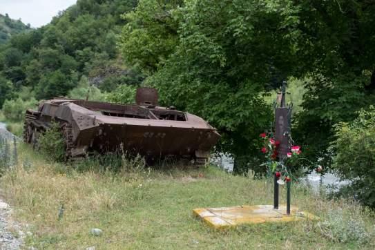 Grabmal mit Überrest aus dem Krieg 1992
