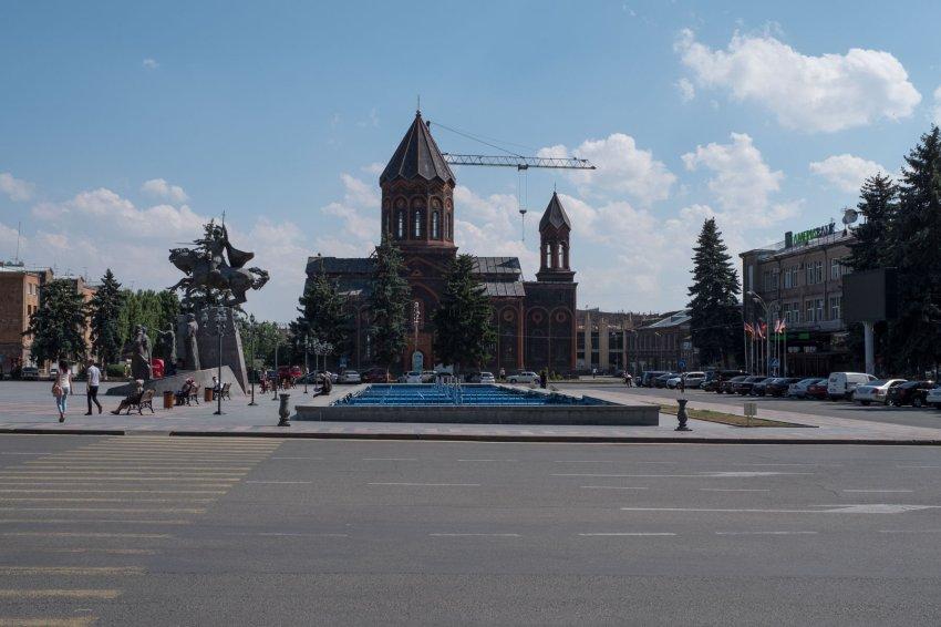 "Hauptplatz in Gyumri mit ""Kirchenkran"""