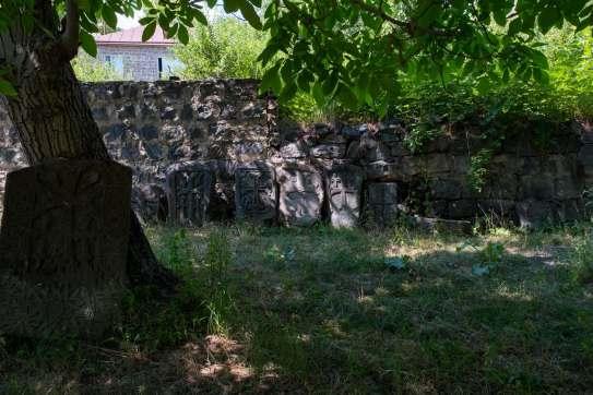 Schattiger Kirchhof in Garni