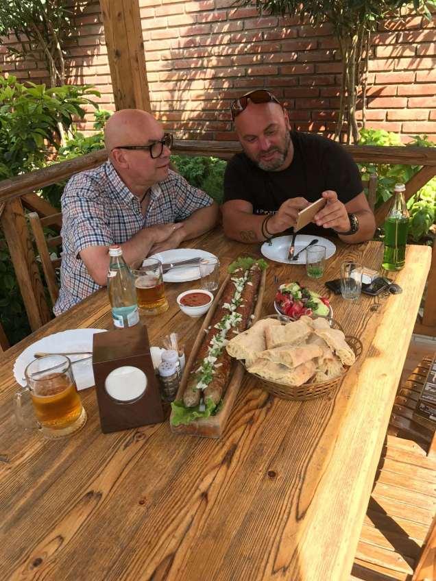 Essen war, wie in Georgien üblich, ein wesentlicher Bestandteil unserer Treffen.