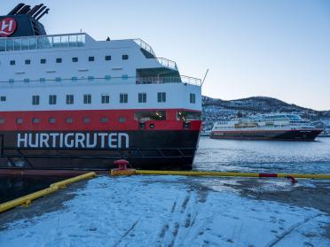 Wachablösung - Die M/S Nordlys fährt weiter nach Norden, dafür kommt die M/S Trollfjord und mach Halt auf dem Weg nach Süden.