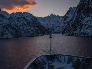 Blick in den Trollfjord, wegen Lawinengefahr darf das Schiff im Winter nicht hinein.