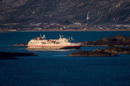 M/S Spitsbergen fährt in den Raftsund ein